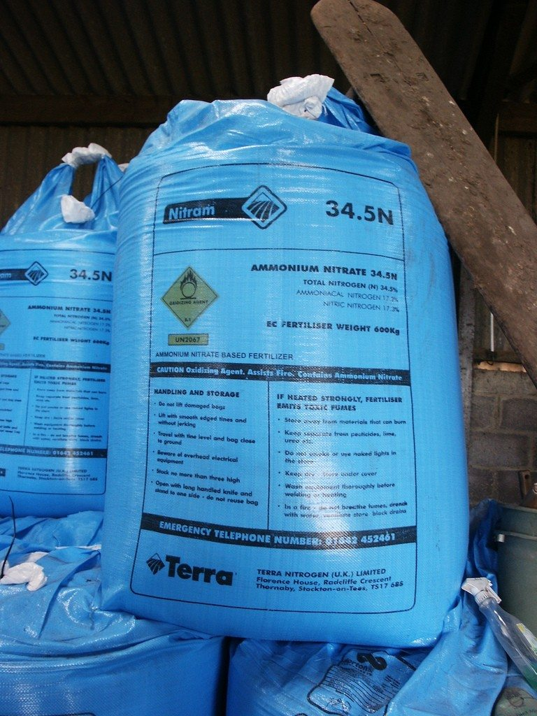 Best Lawn Fertilizer >> Using Conventional Fertilizers - Choosing The Best Fertilizer For Garden Plants