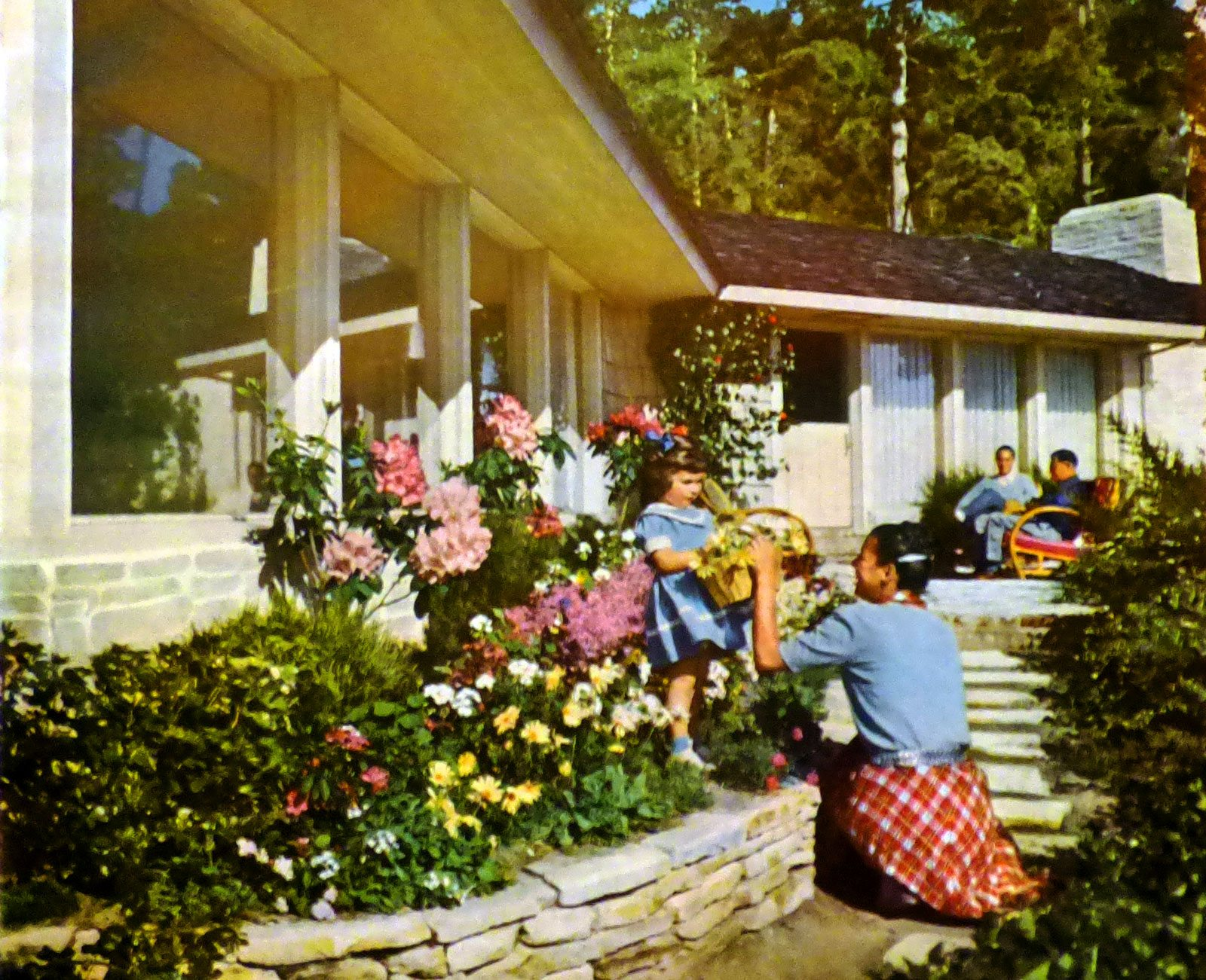 1950 s inspired garden design tips on creating a vintage for Classic house with flower garden
