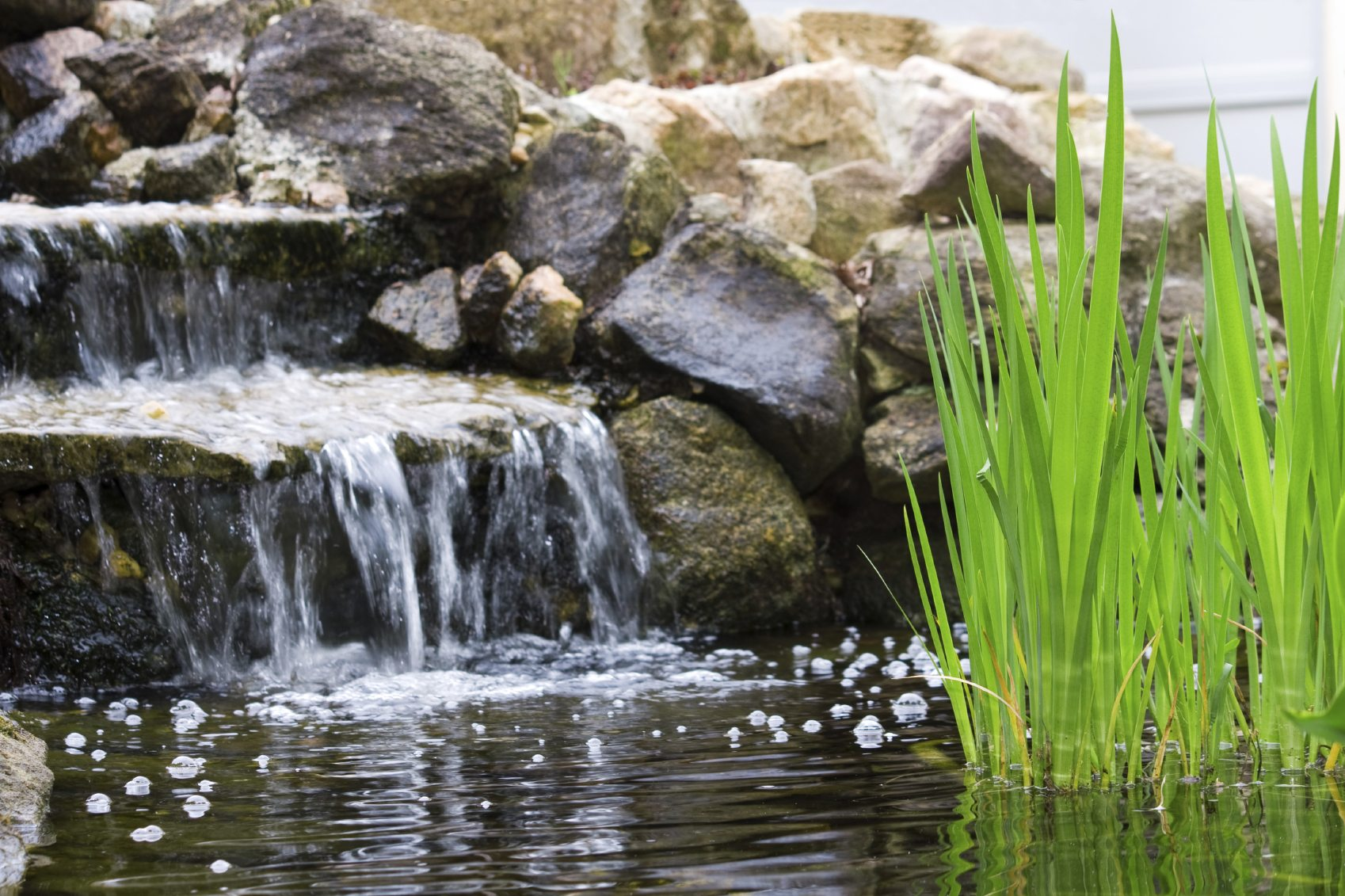 Backyard pond waterfalls how to build a pond waterfall for Waterfall garden feature