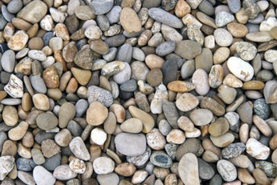 What Is River Pebble Mulch: Learn About Using River Rock Mulch In Gardens - River Rock Mulch Landscape Ideas - Tips On Landscaping With Rocks