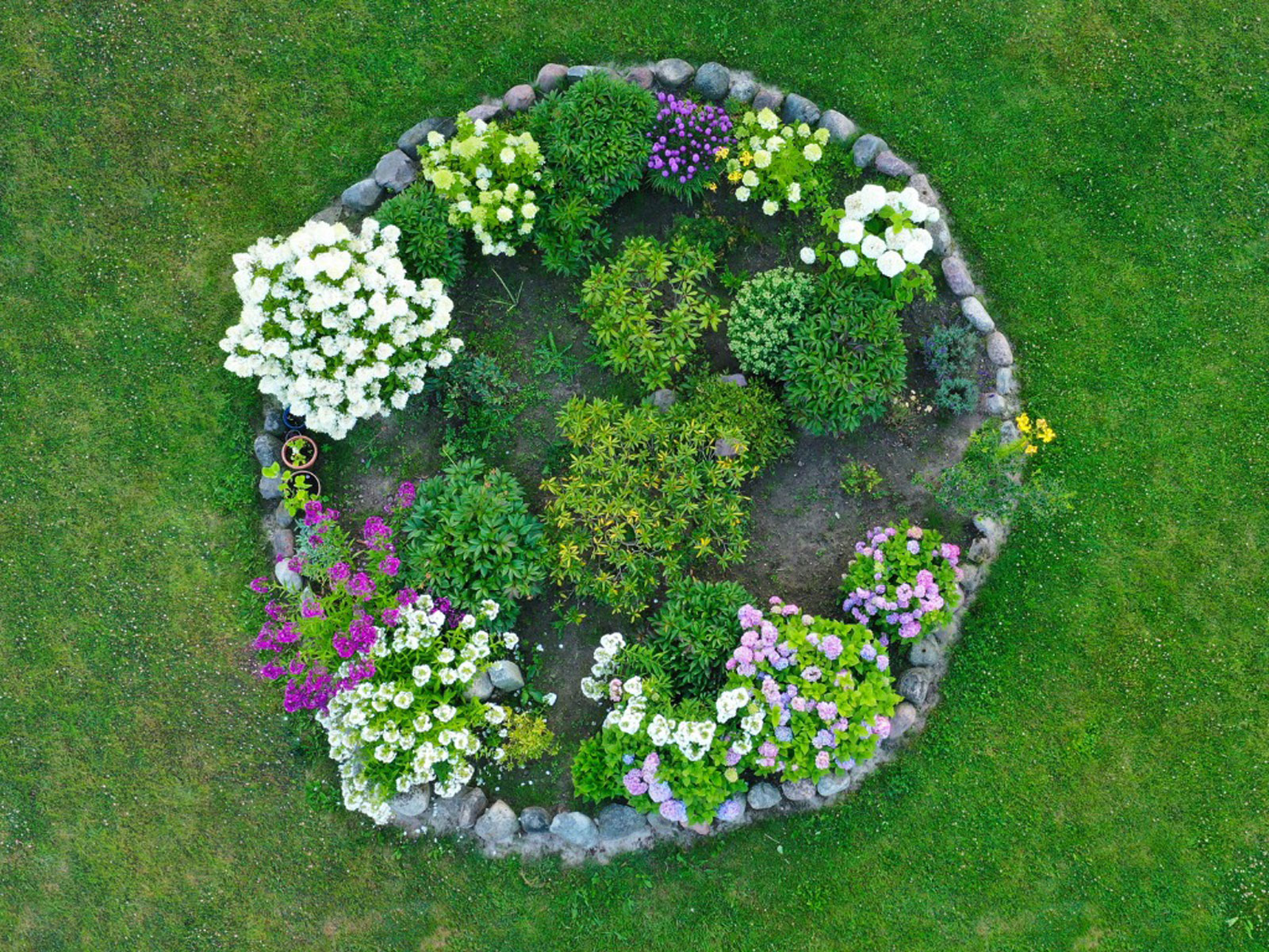 Round Flower Bed Ideas Planting A Circular Flower Bed